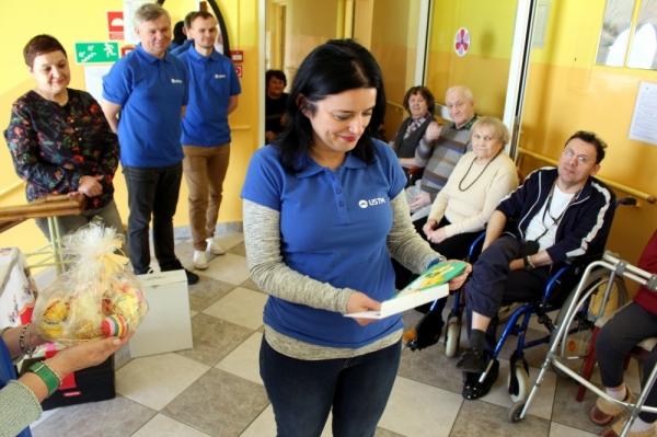 Prezez Zarządu UST-M Urszula Czechowicz-Górna otwiera kartkę z życzeniami