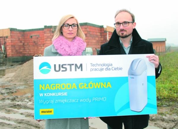 Przedstawiciel Zarządu UST-M Michał Stelmach przekazuje nagrodę Pani Annie Szafran.